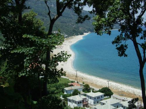 Blick vom oberen Rand des Ortes auf den malerischen Strand von Horefto.