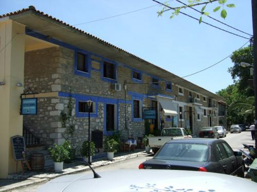 In diesem Haus direkt im Zentrum von Horefto befinden sich die Post, ein Minimarkt und ein Cafe.
