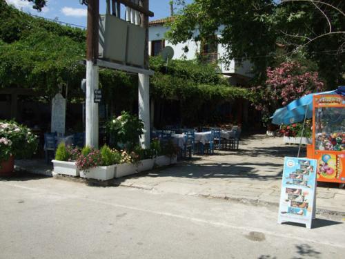 Eines der Straßencafes im Ortskern.
