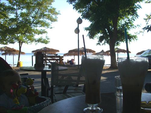 Kaffeepause am Strand von Kala Nera.