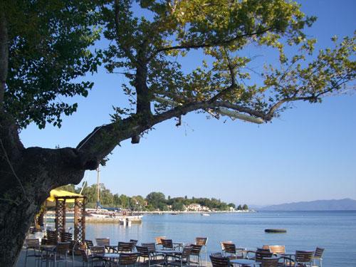 Blick von den Restaurants der Uferpromenade aus auf das windstille Meer.