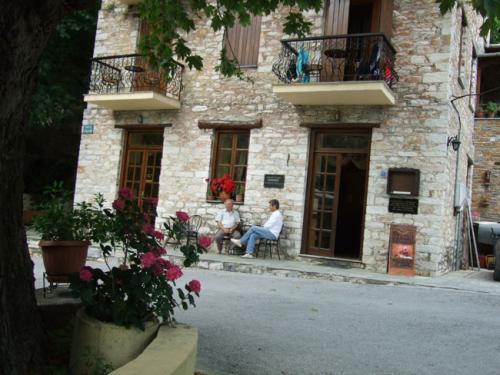 Altes, liebevoll renoviertes Haus mit einem gemütlichen Cafenion im Erdgeschoss.