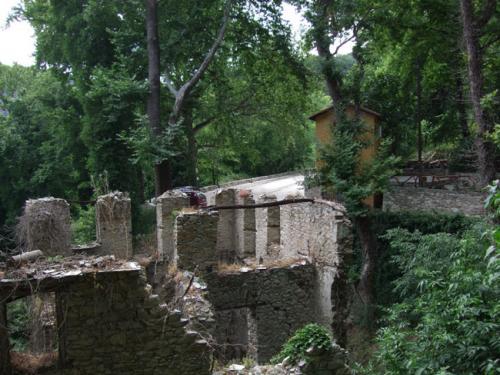 Die Ruinen der Fabrik, für die seinerzeit die Pilion-Bahn gebaut wurde.