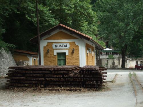Und da im Winter oft Teile der Gleise von Erdrutschen mitgenommen werden, lagert stets ausreichend Ersatzmaterial hinter dem Bahnhofsgebäude.