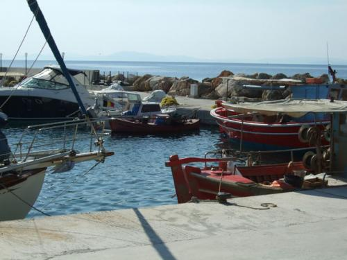 Der kleine künstliche Hafen des Ortes.