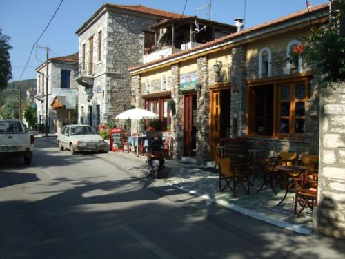 Eines der chiquen, renovierten Häuser an der Uferstraße von Milina.