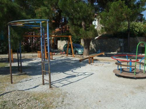 Der öffentliche Spielplatz des Dorfes.