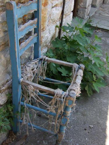 Kaputter Stuhl vor einem Haus in Mouresi.