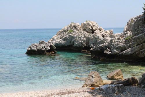 Das südliche Ende der Bucht von Papa Nero. Dahinter kommt Damouchari.