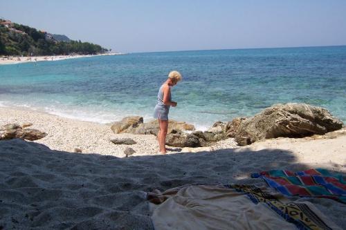 Selbst in der Mittagshitze findet sich am Strand von Papa Nero noch ein schattiges Plätzchen.