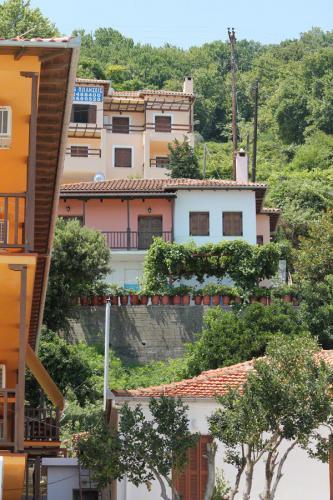 Agios Ioannis: Blick von der Promenade den Ort hoch.