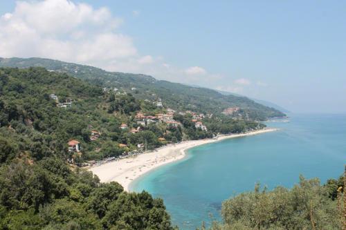 Blick von der Straße nach Damouchari zurück auf die Bucht von Agios Ioannis.