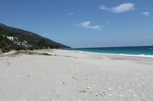 Blick über den Strand von Horefto nach Westen.