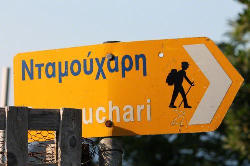 Hinweisschild zu einem der Wanderwege nach Damouchari.