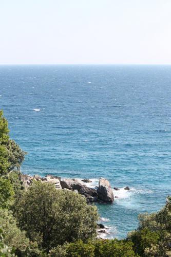 Blick auf eine der Buchten westlich von Agios Ioannis.