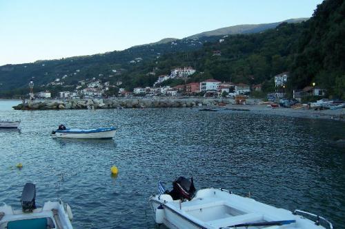 Abendlicher Blick vom Hafen auf Agios Ioannis.