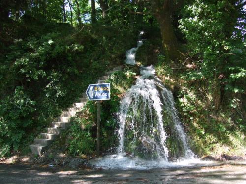 Auf dem Weg von Mouressi nach Zagora kann schon mal der eine oder andere Wasserfall sein Wasser direkt auf die Straße spenden...