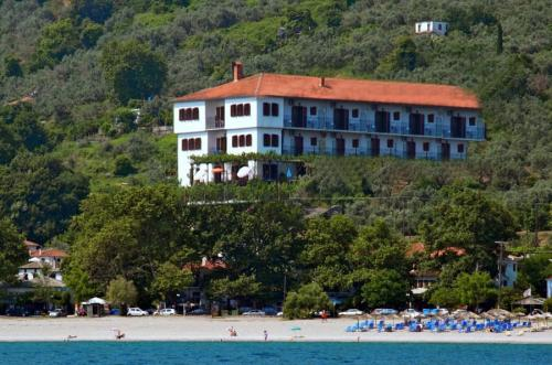 Ansicht auf das Hotel Agnadi Horefto vom Wasser aus