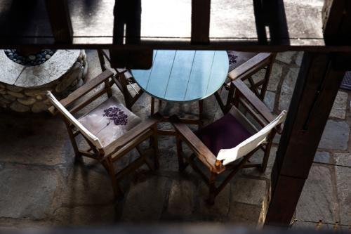 Tisch und Stühle im Erdgeschoss