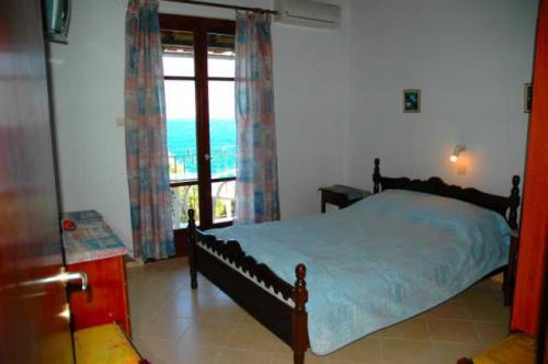 Das Doppelbett in dem Schlafzimmer eines 2-Zimmer-Apartments