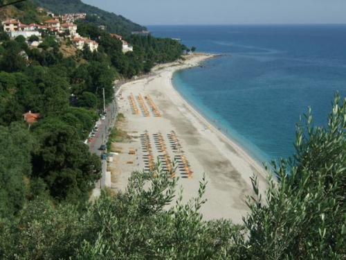 Blick über den Strand von Papa Nero, im Hintergrund ist Agios Ioannis zu erkennen