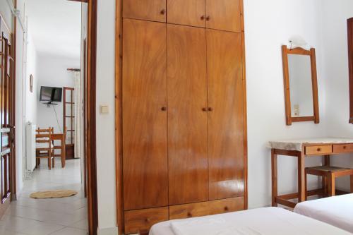 2-Zimmer-Apartment - Der Kleiderschrank im Schlafzimmer, Blick in Richtung Wohnzimmer