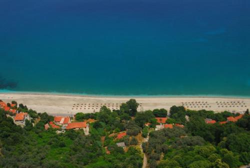 Luftbild von Papa Nero, das im linken Drittel direkt am Strand gelegene Haus ist das To Pelagos