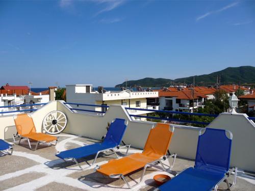 Die Sonnenliegen auf der Dachterasse der Villa sind natürlich kostenlos.